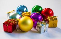 Regalos de la Navidad y ornamento del abeto en el fondo blanco Fotos de archivo