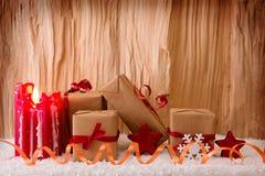 Regalos de la Navidad y vela roja del advenimiento Fotografía de archivo