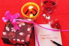 Regalos de la tarjeta del día de San Valentín Fotos de archivo libres de regalías