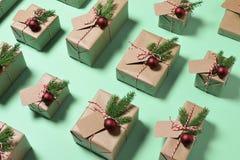 Regalos de los regalos de la Navidad envueltos en papel rústico Foto de archivo libre de regalías