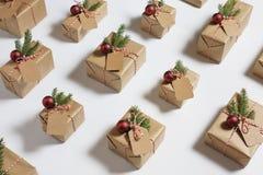 Regalos de los regalos de la Navidad envueltos en papel rústico Fotografía de archivo