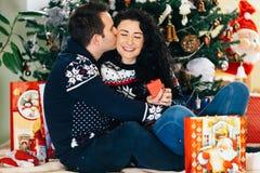 Regalos de Navidad de apertura de los pares felices foto de archivo