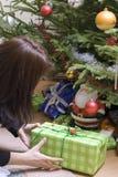Regalos de Navidad bajo árbol Imagen de archivo libre de regalías