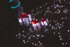 Regalos de Navidad bajo árbol Fotos de archivo libres de regalías