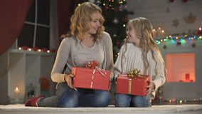Regalos de Navidad de combeo de la mujer y de la muchacha, preparaciones de la víspera del día de fiesta, wishlist almacen de video