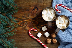 Regalos de Navidad con dos tazas de capuchino, de nueces, de conos y de rama del abeto en cierre de madera del fondo para arriba Imágenes de archivo libres de regalías