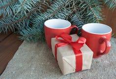 Regalos de Navidad con la cinta roja en fondo de madera oscuro Foto de archivo