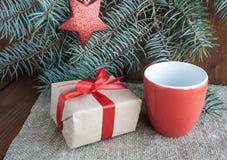 Regalos de Navidad con la cinta roja en fondo de madera oscuro Fotos de archivo