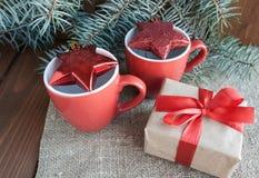 Regalos de Navidad con la cinta roja en fondo de madera oscuro Imágenes de archivo libres de regalías