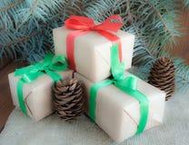 Regalos de Navidad con la cinta roja en fondo de madera oscuro Imagen de archivo libre de regalías