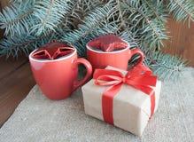 Regalos de Navidad con la cinta roja en fondo de madera oscuro Foto de archivo libre de regalías