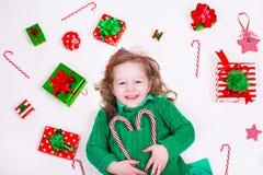 Regalos de Navidad de la apertura de la niña imágenes de archivo libres de regalías