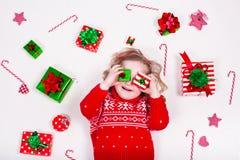 Regalos de Navidad de la apertura de la niña fotos de archivo libres de regalías
