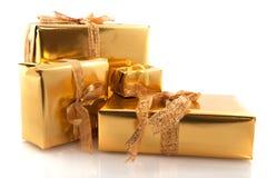 Regalos de Navidad de oro Imagen de archivo libre de regalías