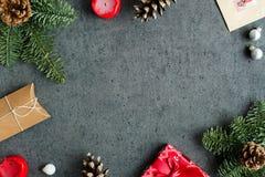 Regalos de Navidad, decoración, postal, árbol de abeto, cono, velas y juguetes de la Navidad en fondo gris Imagen de archivo