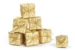 Regalos de Navidad del oro Fotos de archivo