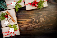 Regalos de Navidad en cajas en un fondo de madera con el espacio de la copia Fotografía de archivo