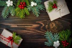 Regalos de Navidad en cajas en un fondo de madera con el espacio de la copia Foto de archivo libre de regalías
