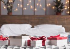 Regalos de Navidad en cama Imagen de archivo libre de regalías