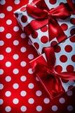 Regalos de Navidad en concepto rojo de los días de fiesta de la materia textil del lunar fotos de archivo