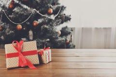 Regalos de Navidad en el fondo adornado del árbol, concepto del día de fiesta Fotografía de archivo libre de regalías
