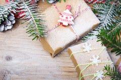 Regalos de Navidad en el fondo de madera, espacio de la copia Foto de archivo libre de regalías