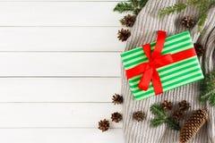 Regalos de Navidad en el fondo de madera blanco de la tabla Bufanda, caja de Navidad, rama del abeto Visión superior, espacio de  Imagen de archivo