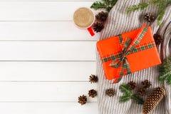 Regalos de Navidad en el fondo de madera blanco de la tabla Caja de Navidad, rama del abeto en la bufanda Foto de archivo libre de regalías