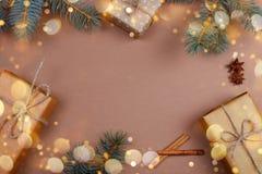 Regalos de Navidad en el papel de Kraft con las ramas del pinetree foto de archivo