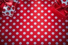 Regalos de Navidad en estafa roja de las celebraciones del mantel del lunar fotos de archivo libres de regalías