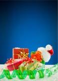 Regalos de Navidad en fondo azul Imagenes de archivo