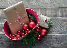 Regalos de Navidad en fondo de madera rústico Imágenes de archivo libres de regalías