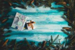 Regalos de Navidad en la tabla de madera azul Fotografía de archivo libre de regalías
