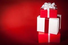 Regalos de Navidad en rojo fotos de archivo libres de regalías