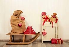 Regalos de Navidad en rojo y blanco en estilo del vintage en la madera vieja Foto de archivo libre de regalías