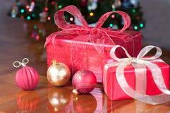 Regalos de Navidad en rojo y oro Imagenes de archivo