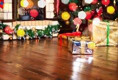Regalos de Navidad en sala de estar bajo Año Nuevo Imágenes de archivo libres de regalías