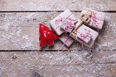 Regalos de Navidad envueltos, árbol dominante y decorativo de la piel en envejecido fotos de archivo libres de regalías