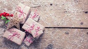 Regalos de Navidad envueltos, estrella decorativa y bayas en envejecido imagen de archivo