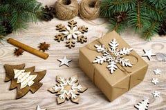Regalos de Navidad envueltos hechos en casa con las herramientas y las decoraciones Fotografía de archivo libre de regalías