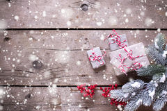 Regalos de Navidad envueltos, ramas de árbol de la piel, bayas rojas en VI Foto de archivo