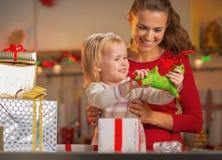 Regalos de Navidad felices de la abertura de la madre y del bebé Imagenes de archivo