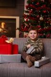 Regalos de Navidad felices de la abertura del muchacho Imagen de archivo libre de regalías