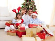 Regalos de Navidad felices de la apertura de la familia Fotografía de archivo libre de regalías