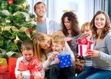 Regalos de Navidad grandes felices de la explotación agrícola de la familia en el hom Imagen de archivo