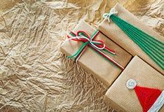 Regalos de Navidad hechos a mano en conce de las celebraciones del papel de embalaje foto de archivo libre de regalías