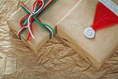 Regalos de Navidad hechos a mano en concepto de los días de fiesta del papel de embalaje fotografía de archivo