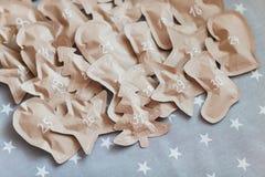 Regalos de Navidad hechos a mano envueltos en bolsas de papel 31 de diciembre Imágenes de archivo libres de regalías