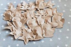 Regalos de Navidad hechos a mano envueltos en bolsas de papel 25 de diciembre Foto de archivo libre de regalías