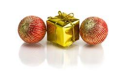 Regalos de Navidad hermosos aislados en el fondo blanco Fotos de archivo libres de regalías